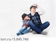 Отец и сын играют в детективов. Стоковое фото, фотограф Daniil Nikiforov / Фотобанк Лори