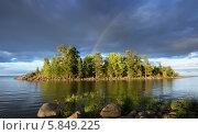 Купить «Северный Ладожский пейзаж с валунами, островом и радугой», фото № 5849225, снято 16 июля 2013 г. (c) Дмитрий Минин / Фотобанк Лори