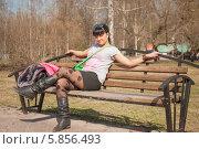 Девушка сидит на скамейке в весеннем парке. Стоковое фото, фотограф Amir Navrutdinov / Фотобанк Лори