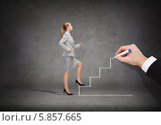 Купить «Женщина уверенно поднимается вверх по нарисованной на серой стене лестнице», фото № 5857665, снято 21 августа 2018 г. (c) Syda Productions / Фотобанк Лори
