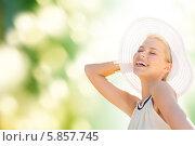 Купить «Привлекательная девушка в белой шляпе с широкими полями весело смеется», фото № 5857745, снято 19 июня 2013 г. (c) Syda Productions / Фотобанк Лори