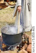Знахарка варит на костре целебный отвар. Стоковое фото, фотограф Валерия Попова / Фотобанк Лори