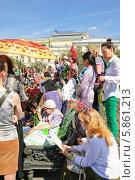 Купить «Люди на Театральной площади в Москве в День Победы 9 Мая», эксклюзивное фото № 5861213, снято 9 мая 2013 г. (c) Алёшина Оксана / Фотобанк Лори