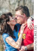 Купить «Счастливая пара. Мужчина обнимается с женщиной», эксклюзивное фото № 5863721, снято 20 апреля 2014 г. (c) Игорь Низов / Фотобанк Лори