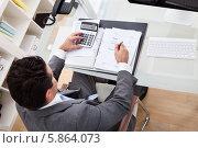 Купить «бизнесмен за рабочим столом, вид сверху», фото № 5864073, снято 30 ноября 2013 г. (c) Андрей Попов / Фотобанк Лори