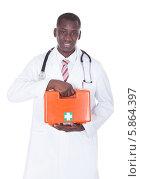 Купить «улыбающийся темнокожий врач держит аптечку первой помощи», фото № 5864397, снято 7 декабря 2013 г. (c) Андрей Попов / Фотобанк Лори