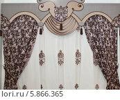 Купить «Красивые плотные шторы с растительным орнаментом, фигурный ламбрекен и тюль», фото № 5866365, снято 25 сентября 2013 г. (c) Светлана Васильева / Фотобанк Лори