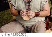 Купить «Кожевник создает кожаную кружку для украшения кухни», фото № 5866533, снято 25 июля 2013 г. (c) Валерия Попова / Фотобанк Лори