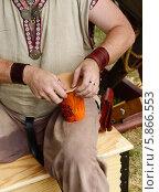 Купить «Кожевник создает произведение искусств, кожаную кружку для украшения кухни», фото № 5866553, снято 25 июля 2013 г. (c) Валерия Попова / Фотобанк Лори