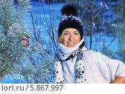 Красивая блондинка в теплой одежде смотрит в камеру в зимнем лесу. Стоковое фото, фотограф Daniil Nikiforov / Фотобанк Лори