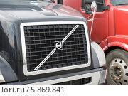 Купить «Решетка радиатора грузовика Volvo», эксклюзивное фото № 5869841, снято 2 мая 2014 г. (c) Александр Щепин / Фотобанк Лори