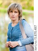 Купить «Портрет красивой женщины с сумкой через плечо на прогулке», эксклюзивное фото № 5870497, снято 1 мая 2014 г. (c) Игорь Низов / Фотобанк Лори