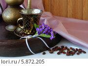 Чашка кофе, букетик фиалок и кофейные зерна. Стоковое фото, фотограф Шуба Виктория / Фотобанк Лори