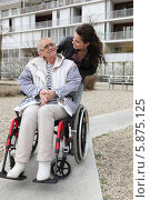 девушка возит пожилую женщину на кресле-каталке. Стоковое фото, фотограф Phovoir Images / Фотобанк Лори