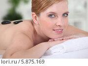 Купить «молодая женщина наслаждается массажем горячими камнями», фото № 5875169, снято 18 марта 2010 г. (c) Phovoir Images / Фотобанк Лори