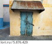 Купить «Желтая стена и старая запертая дверь. Медина, старая часть Танжер, Марокко», фото № 5876429, снято 23 марта 2014 г. (c) EugeneSergeev / Фотобанк Лори