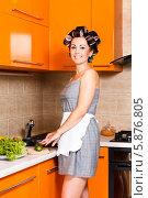 Брюнетка на кухне режет овощи. Стоковое фото, фотограф Андрей Затулло / Фотобанк Лори