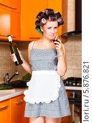 Красивая домохозяйка пьет красное вино на кухне. Стоковое фото, фотограф Андрей Затулло / Фотобанк Лори
