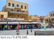 Ханья, старый город, туристы на площади (2013 год). Редакционное фото, фотограф Наталия Пылаева / Фотобанк Лори