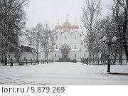 Купить «Ярославль, безлюдная набережная города в ненастье», эксклюзивное фото № 5879269, снято 4 апреля 2014 г. (c) Дмитрий Неумоин / Фотобанк Лори