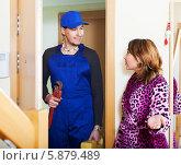 Купить «Женщина приглашает ремонтника в дом», фото № 5879489, снято 1 февраля 2014 г. (c) Яков Филимонов / Фотобанк Лори