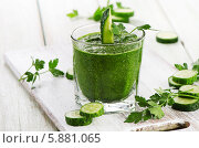 Купить «Зеленый овощной смузи в стеклянно стакане на столе. Здоровое питание», фото № 5881065, снято 4 мая 2014 г. (c) Tatjana Baibakova / Фотобанк Лори