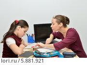 Преподаватель занимается с девочкой-подростком английским языком. Стоковое фото, фотограф VIACHESLAV KRYLOV / Фотобанк Лори