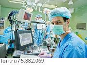 Перфузионист - специалист по работе с аппаратом искусственного кровообращения и искусственным сердцем - во время операции в операционной, фото № 5882069, снято 26 января 2014 г. (c) Дмитрий Калиновский / Фотобанк Лори