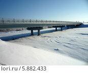 Купить «Железобетонный мост через озеро ясным зимним днем», фото № 5882433, снято 21 января 2014 г. (c) Юрий Серебряков / Фотобанк Лори