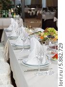 Накрытый праздничный стол в ресторане. Стоковое фото, фотограф Андрей Затулло / Фотобанк Лори