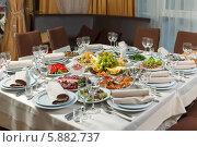 Купить «Большой ресторанный стол, сервированный для торжества, приема или свадьбы», фото № 5882737, снято 13 ноября 2018 г. (c) Андрей Затулло / Фотобанк Лори