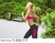 Купить «Девушка на пробежке в парке летом», фото № 5888117, снято 23 марта 2013 г. (c) Syda Productions / Фотобанк Лори