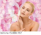 Купить «Красивая девушка с ухоженной кожей дотрагивается до лица», фото № 5888157, снято 9 марта 2013 г. (c) Syda Productions / Фотобанк Лори