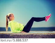 Купить «Девушка в спортивном костюме делает зарядку на свежем воздухе у моря», фото № 5888537, снято 19 июня 2013 г. (c) Syda Productions / Фотобанк Лори
