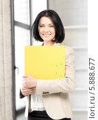 Купить «Красивая бизнес-леди с большой желтой папкой в руках», фото № 5888677, снято 7 апреля 2012 г. (c) Syda Productions / Фотобанк Лори