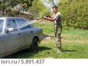 Мужчина моет автомобиль мойкой высокого давления на даче. Стоковое фото, фотограф Екатерина Радомская / Фотобанк Лори