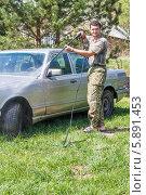 Мужчина моет машину мойкой высокого давления на даче (2014 год). Редакционное фото, фотограф Екатерина Радомская / Фотобанк Лори