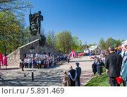 Много людей у памятника воинам-освободителям (Юхнов) (2014 год). Редакционное фото, фотограф Екатерина Радомская / Фотобанк Лори