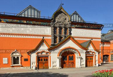 Третьяковская галерея в яркий день, Москва
