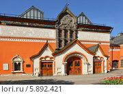 Третьяковская галерея в яркий день, Москва (2014 год). Редакционное фото, фотограф Валерия Попова / Фотобанк Лори