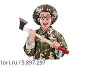 Радостный смешной солдат в круглых очках держит в руках топор. Стоковое фото, фотограф Elnur / Фотобанк Лори