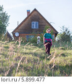 Пожилая женщина у своего дачного дома (2014 год). Стоковое фото, фотограф Екатерина Радомская / Фотобанк Лори
