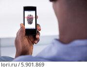 Купить «телефон проводит идентификацию пользователя», фото № 5901869, снято 7 декабря 2013 г. (c) Андрей Попов / Фотобанк Лори