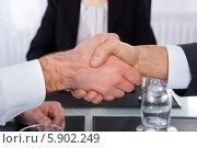 Купить «рукопожатие деловых мужчин», фото № 5902249, снято 15 декабря 2013 г. (c) Андрей Попов / Фотобанк Лори