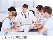 Купить «врачи что-то обсуждают», фото № 5902389, снято 15 декабря 2013 г. (c) Андрей Попов / Фотобанк Лори