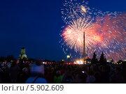 Купить «Праздничный салют 9 мая 2014 на Поклонной горе», фото № 5902609, снято 9 мая 2014 г. (c) Valeriy Lukyanov / Фотобанк Лори