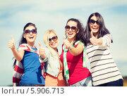 """Купить «Радостные девушки в солнцезащитных очках показывают жест """"все хорошо""""», фото № 5906713, снято 31 августа 2013 г. (c) Syda Productions / Фотобанк Лори"""