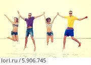 Купить «Друзья весело прыгают у моря», фото № 5906745, снято 31 августа 2013 г. (c) Syda Productions / Фотобанк Лори