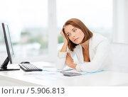 Купить «Уставшая женщина в офисе перед компьютером», фото № 5906813, снято 18 июля 2013 г. (c) Syda Productions / Фотобанк Лори