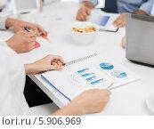 Купить «Деловое совещание за рабочим столом в офисе», фото № 5906969, снято 9 июня 2013 г. (c) Syda Productions / Фотобанк Лори